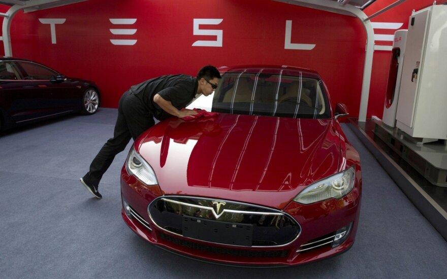 """Kinijos elektromobilių rinka išgyvena """"aukso karštligę"""", bet su nerimu laukia kito """"Tesla"""" žingsnių"""