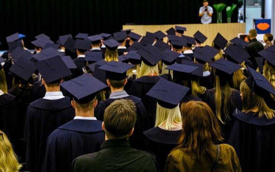 Socialinių mokslo kolegija išdalino diplomus: šventėje netrūko kalbų ir patarimų