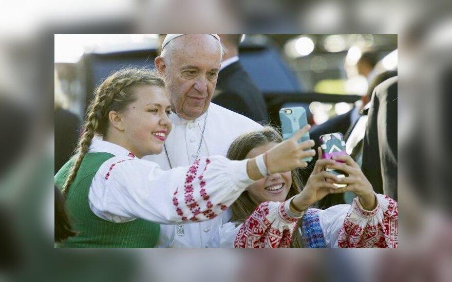 Neįtikėtina patirtis: mergaitė pasidarė asmenukę su Popiežiumi Pranciškumi