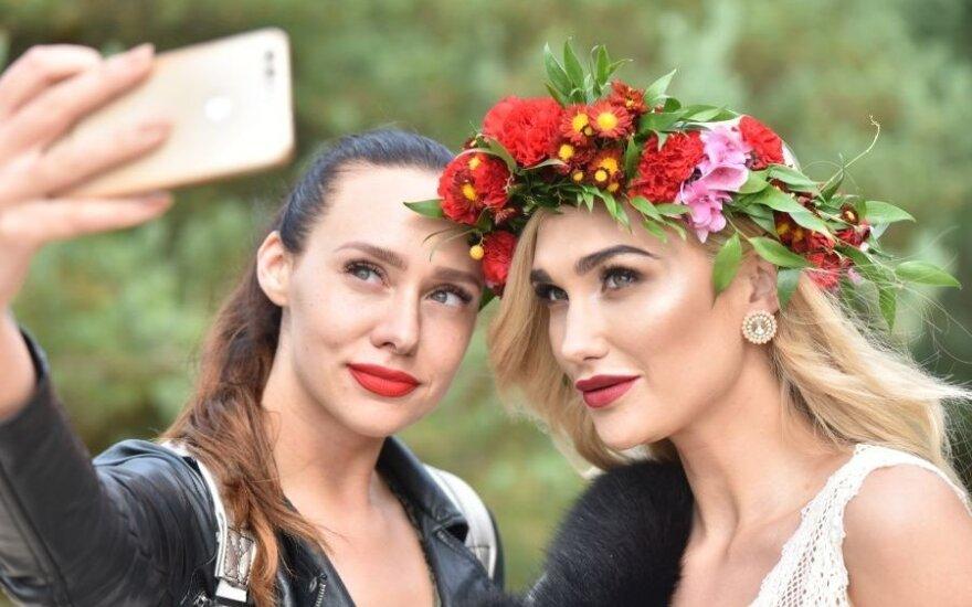Žinomos moterys demonstruoja vestuvines sukneles