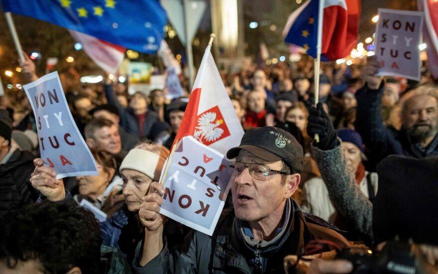Tūkstančiai lenkų išėjo į gatves, protestuodami prieš vyriausybės teisėsaugos reformą