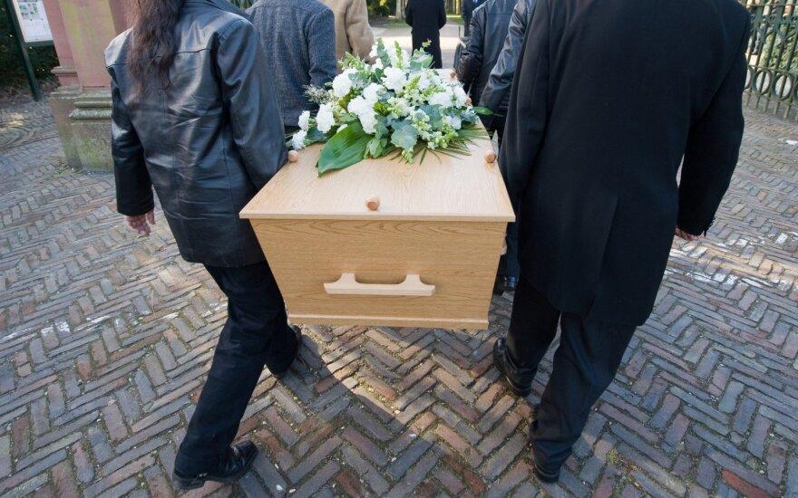 Velionės laidotuvės virto farsu: kur pagarba mirusiajam ir artimiesiems?