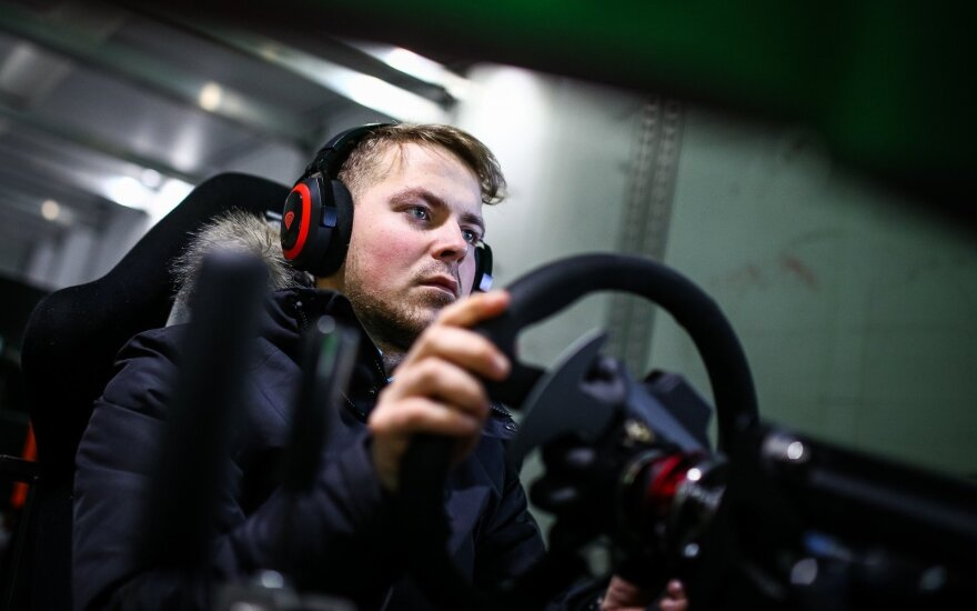 Virtualių lenktynių karavanas čempionatą atvežė šimtams žmonių
