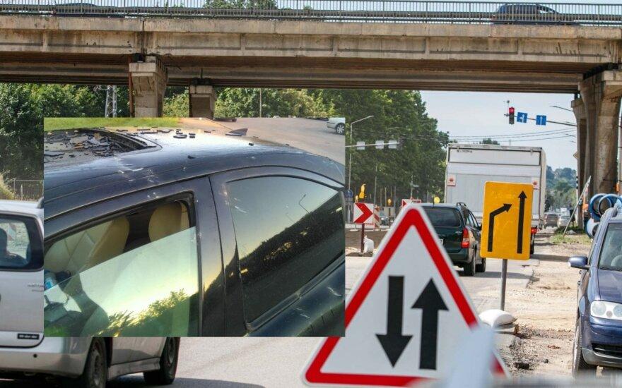 Perspėjo vairuotojus saugotis: byrantis tiltas smarkiai apgadino automobilį
