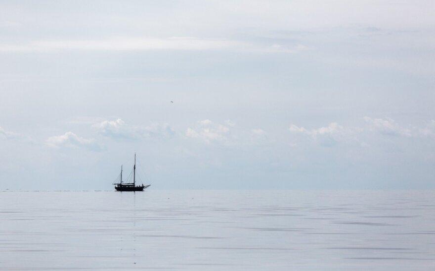 Kuršių mariose ant seklumos užplaukė jachta su 10 žmonių