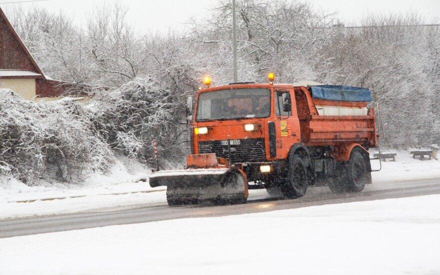 Šiaurės vakarų Lietuvoje eismo sąlygas sunkina snygis