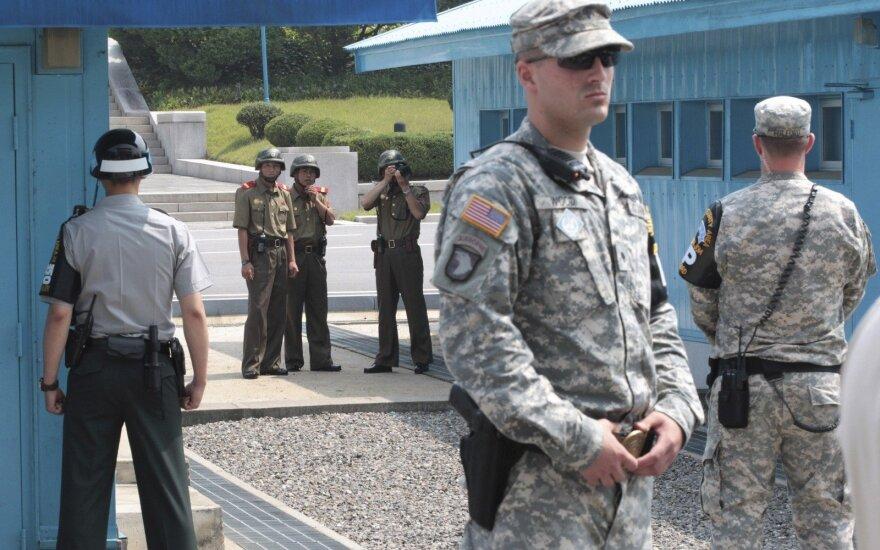 Nerimą keliantys ženklai Š. Korėjoje: kariams išdalintos branduolinės kuprinės