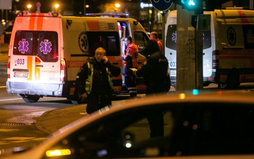Už troso, kuriuo buvo tempiamas greitosios pagalbos automobilis, užkliuvusi pėsčioji kaltina vairuotojus