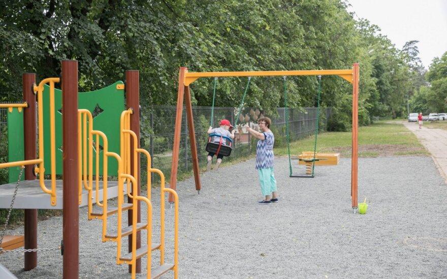 Medikas apie traumas vaikų žaidimų aikštelėse: nuo ko nukrintama dažniausiai ir kaip to išvengti