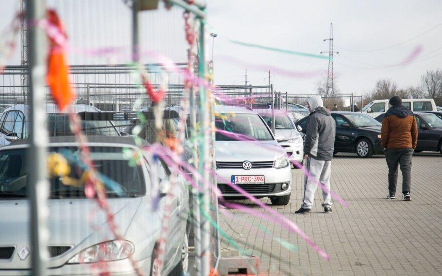 Lietuviškų numerių atsikratyti negalintys ukrainiečiai automobilius palieka tiesiog pasienyje