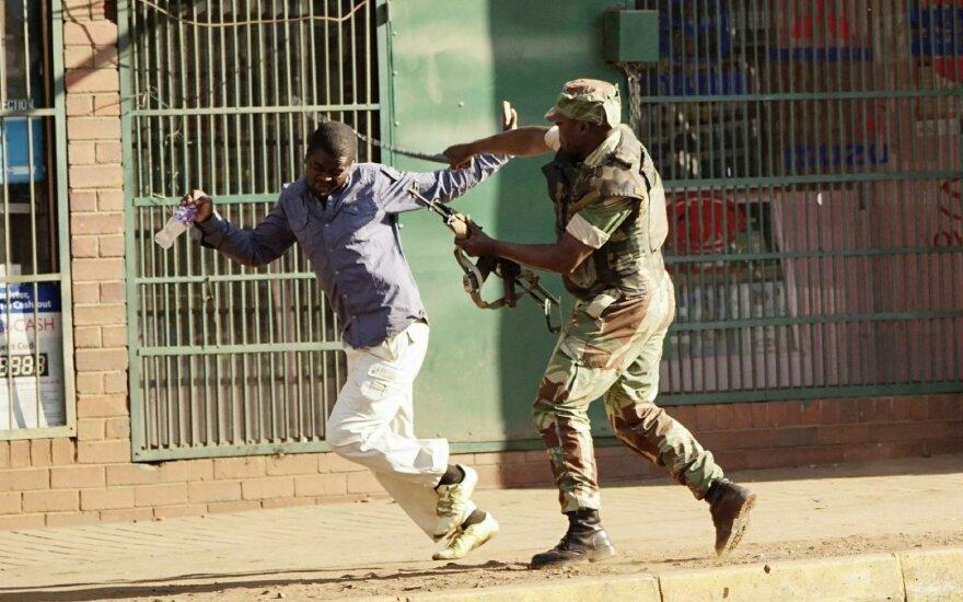 Kruvinų protestų sukrėstoje Zimbabvėje laukiama prezidento rinkimų rezultatų