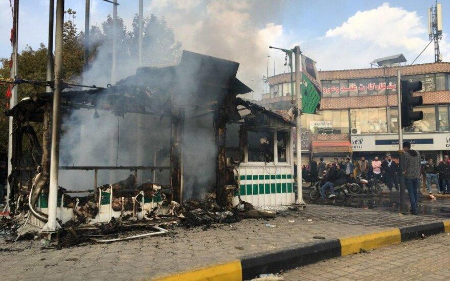 Protestuotojai Irane sudegino policijos nuovadą