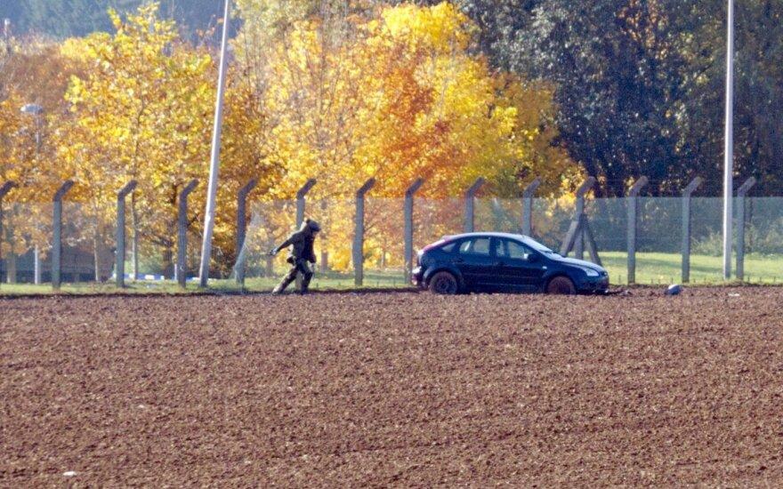 Belgijoje vairuotojas rėžėsi automobiliu į kareivinių vartus