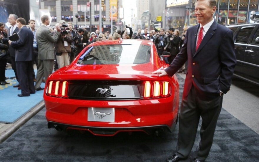 Alanas Mulally prie Ford Mustang