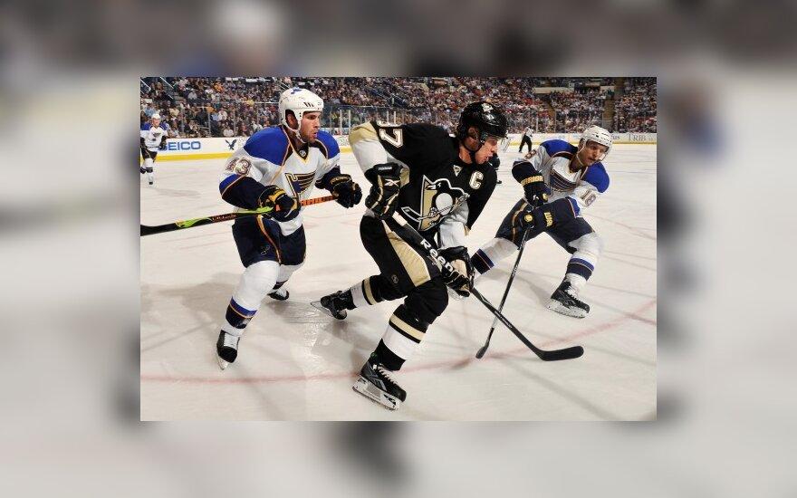 """Sidney Crosby (""""Penguins"""") varžovų apsuptyje"""