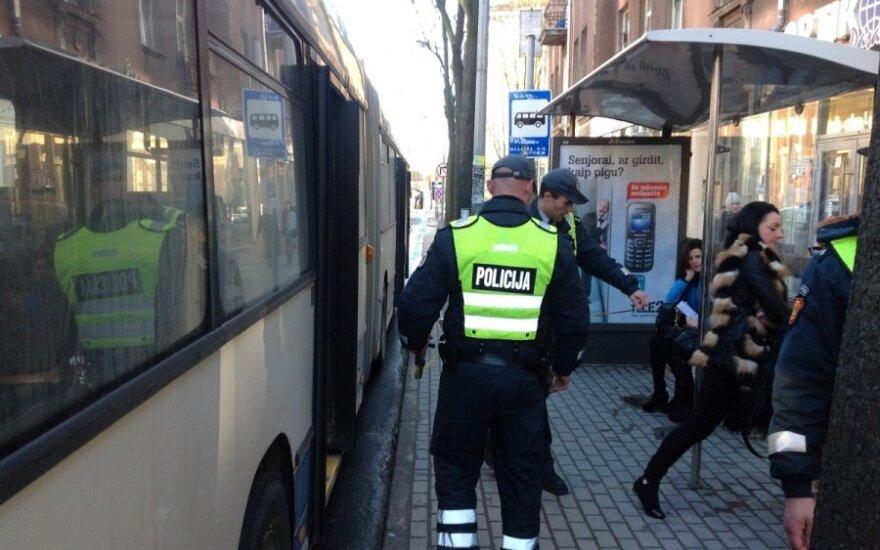 Klaipėdoje stotelėje šokęs vyras prarado pusiausvyrą ir griuvo po atvažiuojančio autobuso ratais