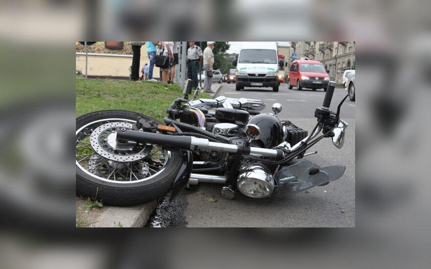 """Vilniuje motociklą nuo kelio nustūmė užsieniečio """"VW Golf"""""""