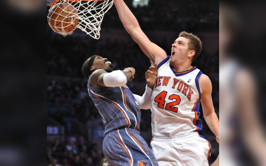 "Davidas Lee (""Knicks"") deda per Geraldą Wallace'ą  (""Bobcats"")"