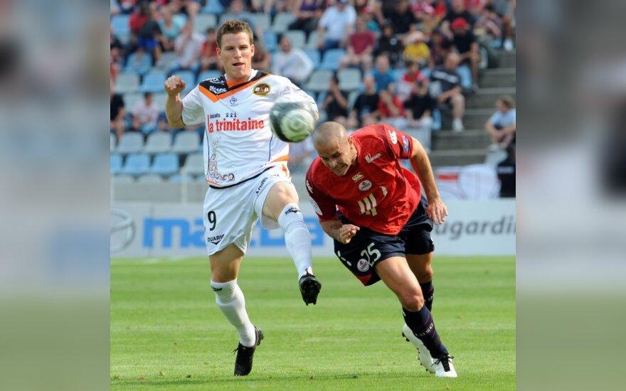 """Kevinas Gameiro (""""Lorient"""", kairėje)  kovoja su Nicolas Plestanu (""""Lille"""")"""