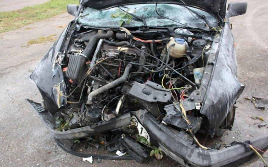 Iki sąmonės netekino sumušęs motiną nepilnametis išvažiavo svetimu automobiliu