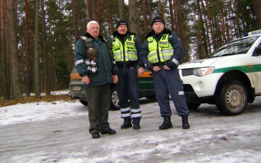 Žvejus tramdo ir policininkai