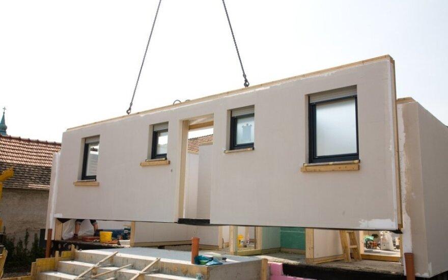 Per du mėnesius pastatomus namus pardavinėjanti verslininkė: mūrinis namas - sovietmečio palikimas