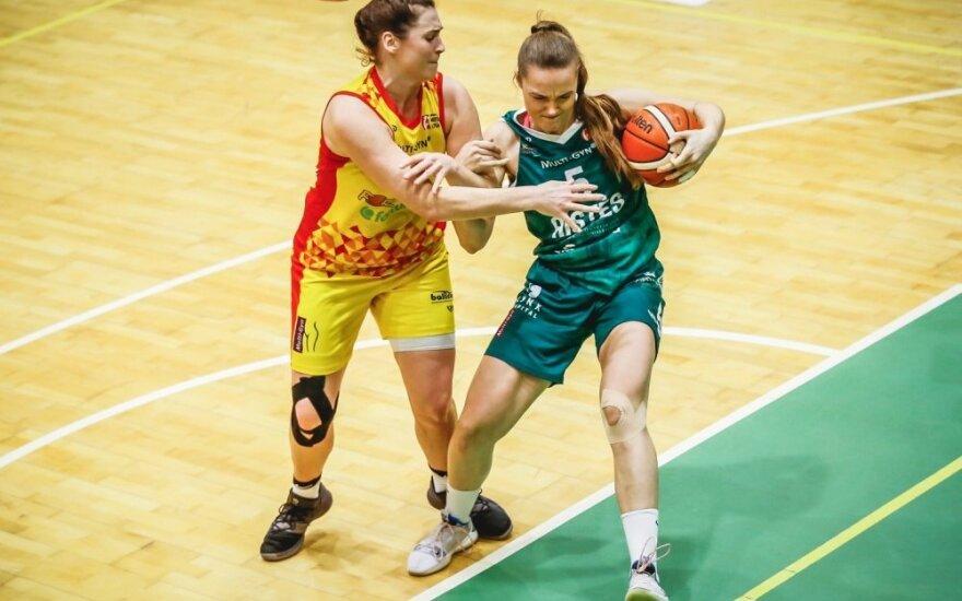 Karolina Kazočiūnaitė (su kamuoliu/Foto: Vytautas Petrikas)