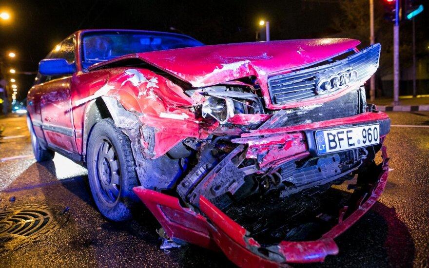 """Vilniuje susidūrė """"Lexus"""" ir """"Audi"""" – garbaus amžiaus vairuotojas suko į kairę"""
