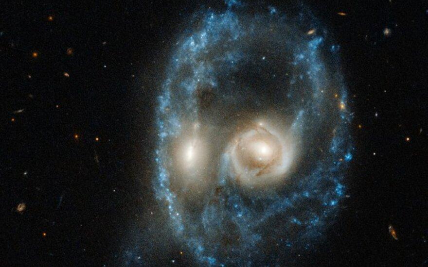 """Pamėkliškas dviejų susiduriančių galaktikų formuojamas """"veidas"""""""