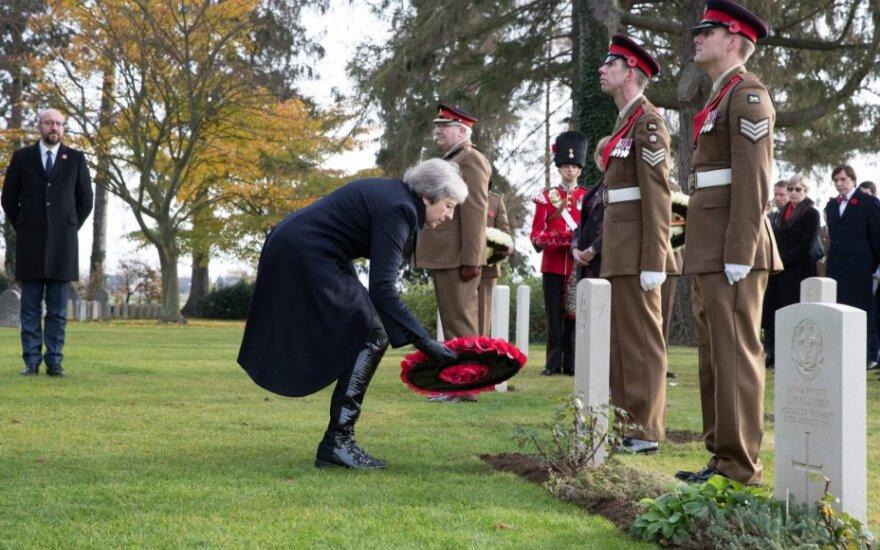 Theresa May deda vainiką ant Pirmo pasaulinio karo kario kapo
