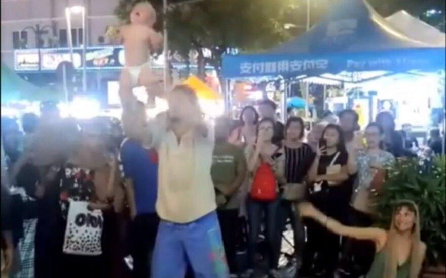 Malaizijos policija sulaikė rusų porą, pavojingai supusią savo kūdikį