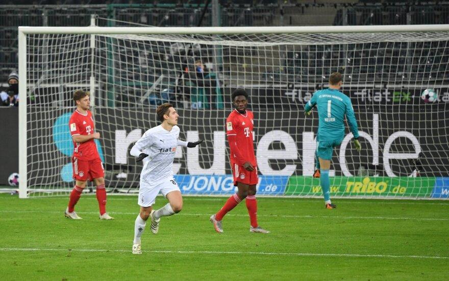 """Tris įvarčius per 13 minučių praleidęs """"Bayern"""" gali prarasti pirmą vietą"""