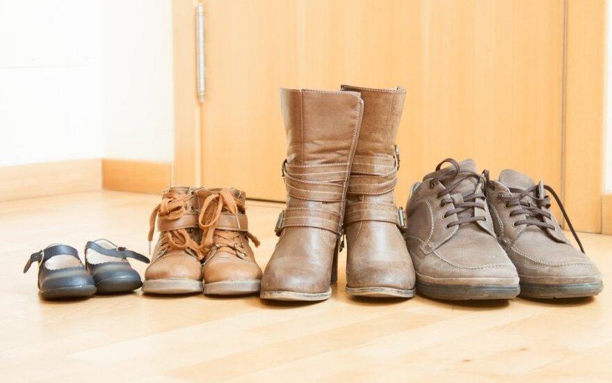 Mokslininkai atskleidė, kokias bjaurias bakterijas atsinešame namo ant batų