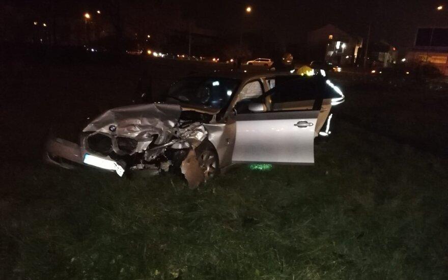 """Vėlų vakarą Panevėžyje susidūrė BMW ir """"Volvo"""", iškviesti medikai, ugniagesiai ir policija"""