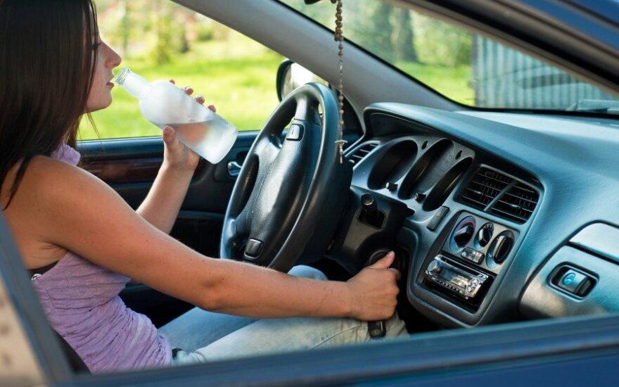 Vairuotoja, gerti prie vairo