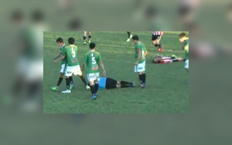 Dėl geltonos kortelės įtūžęs žaidėjas smūgiu į galvą nokautavo teisėją