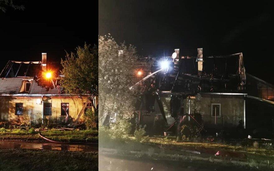 Gaisras pasiglemžė daugiabutį: name gyveno dvylika šeimų, gyventojai šaukiasi pagalbos