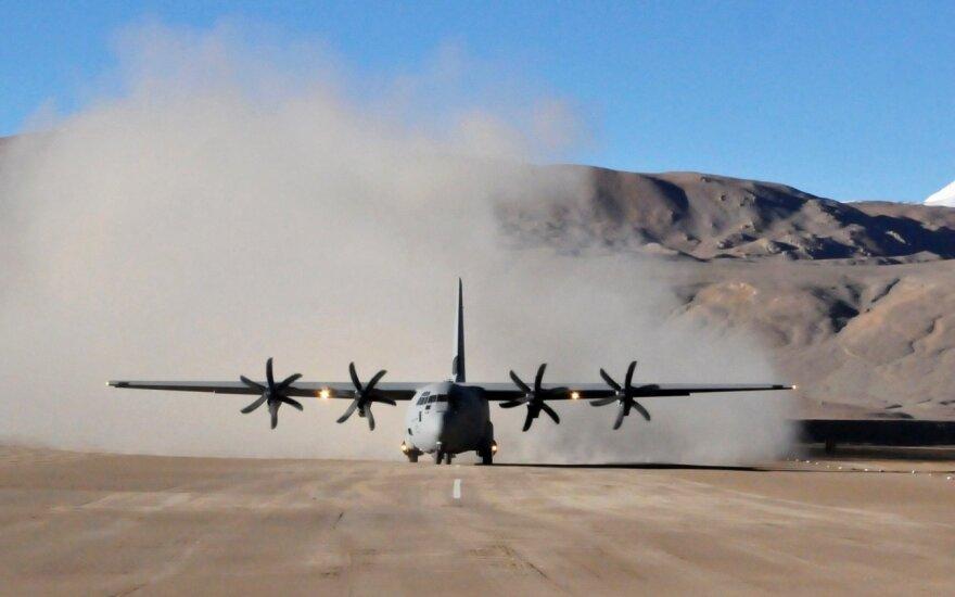 Indijoje rastas sudužęs transporto lėktuvas, 13 jame buvusių žmonių likimas nežinomas
