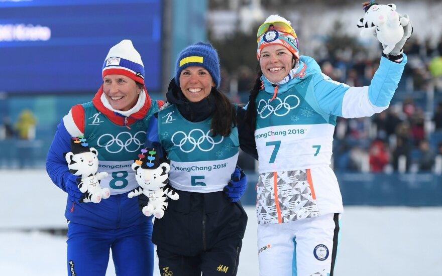 Iš kairės, Marit Bjoergen, viduryje Charlotte Kalla,
