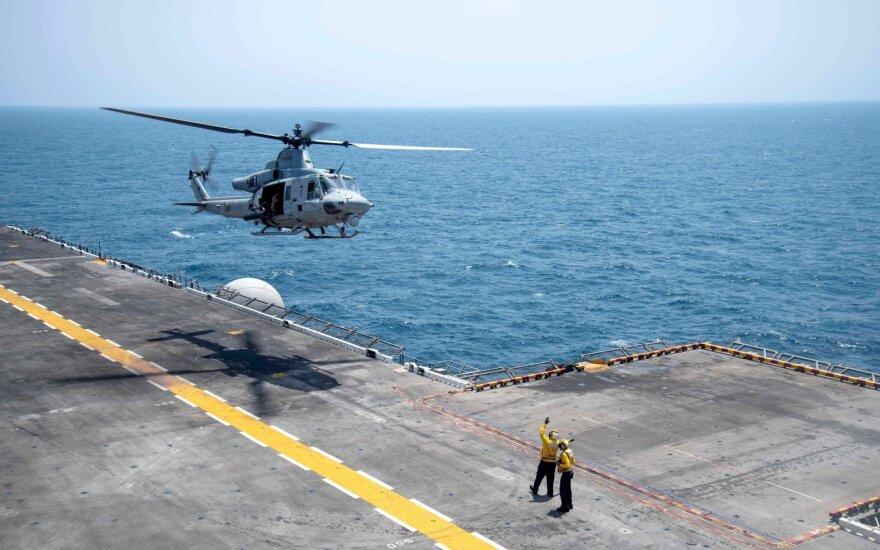 """""""MH-60S Sea Hawk"""" priskirtas jūriniam vidutinio lygio tiltrotoriniam eskadronui (VMM) 163 (Reinforced), kyla iš amfibijos puolimo laivo """"USS Boxer"""" (LHD 4)."""
