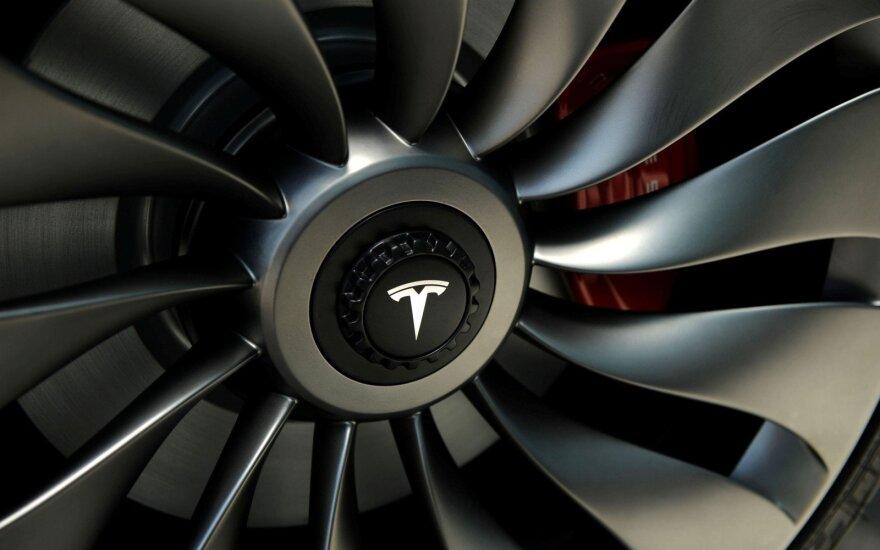 """""""Teslai"""" kaltinimų pažėrė dar vienas buvęs darbuotojas: kalba apie šnipinėjimą, vagystes ir narkotikus"""