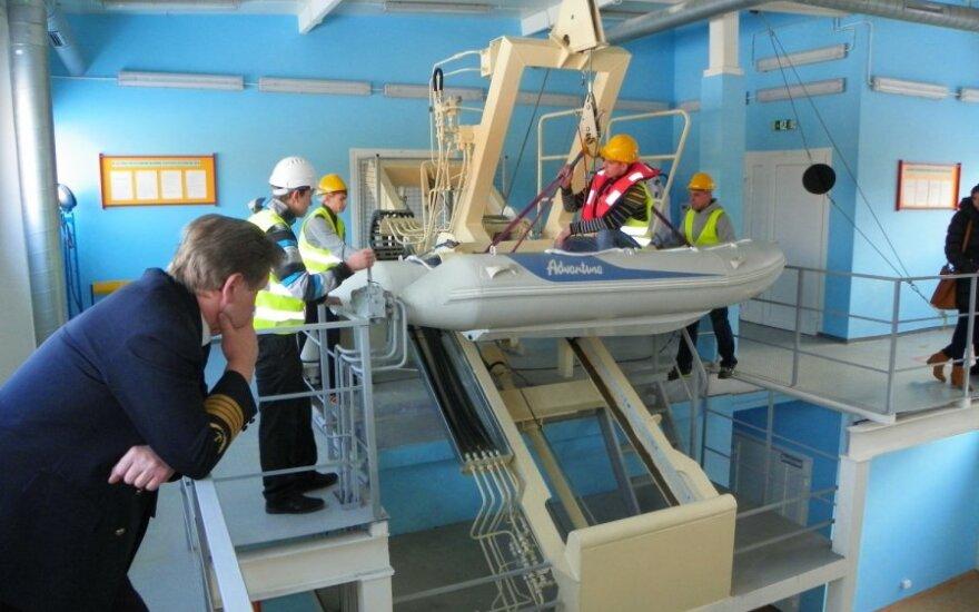 Moksleiviai matavosi ir jūreivių uniformą
