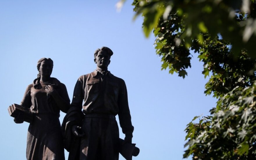 Nesutarimai dėl sovietinių skulptūrų ritasi per visą Lietuvą