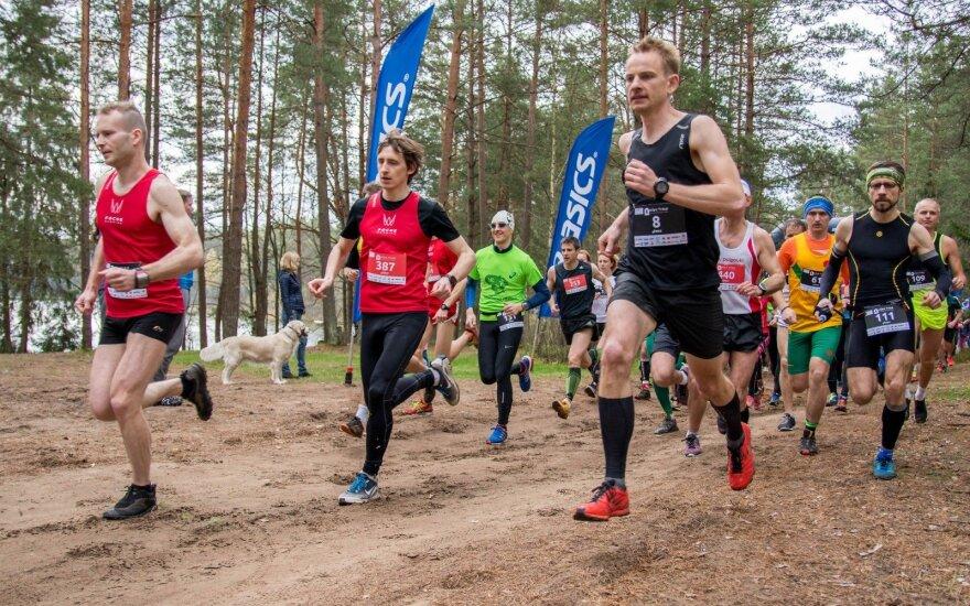 Bėgikai varžėsi lenktyniaudami miško takais