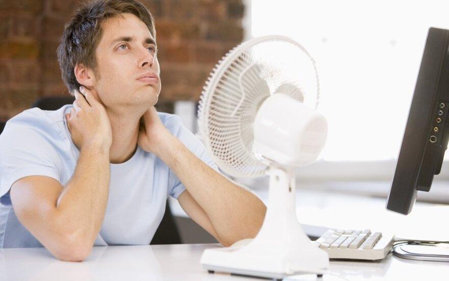 Biure karšta, ventiliatorius, nuo karščio kenčiantis darbuotojas