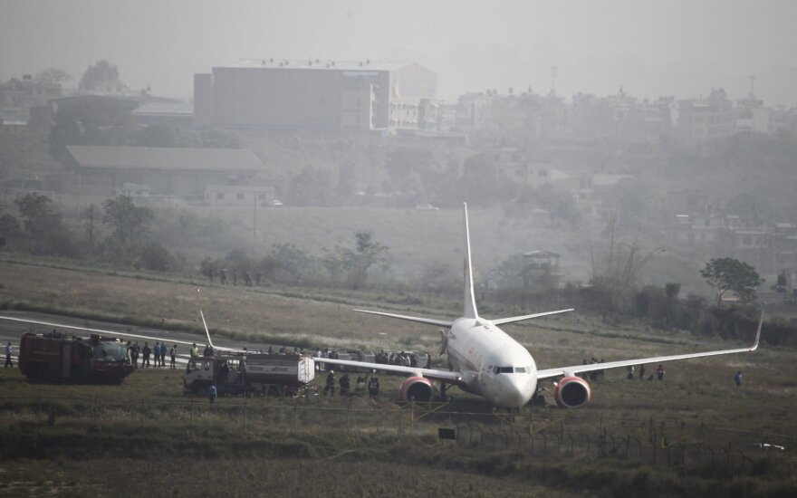 Nepalo oro uoste nuo tako nuslydo keleivinis lėktuvas