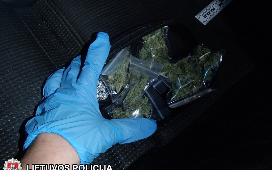 Trakų r. prisidirbo BMW vairavęs jaunuolis: automobilyje ir namuose rasta narkotinių medžiagų