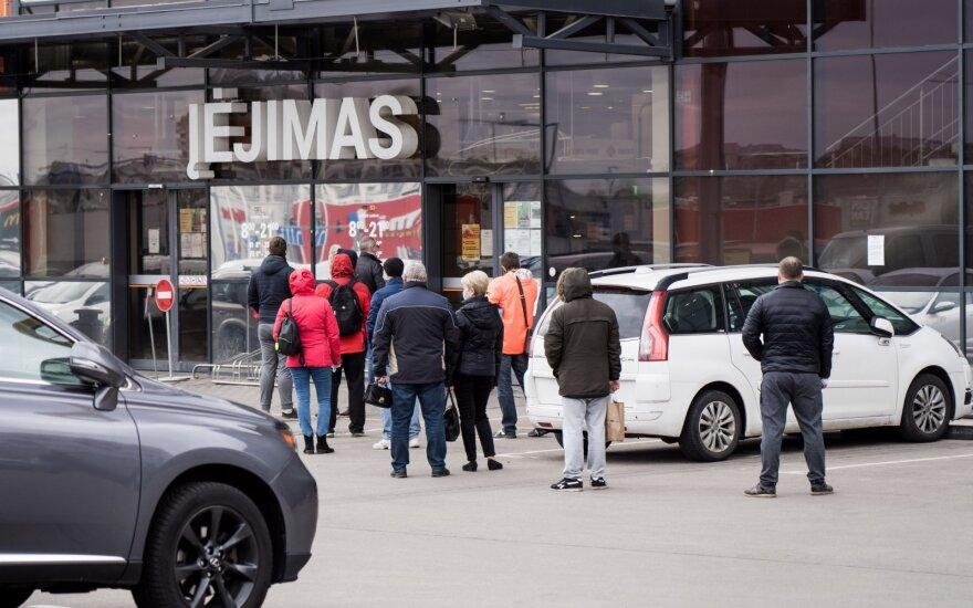 Vilniuje duris atveria parduotuvės: prie kai kurių jau matyti pirkėjų eilės
