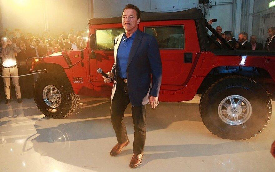 "Arnoldas Schwarzeneggeris prie padovanoto elektrinio ""Hummer H1"""