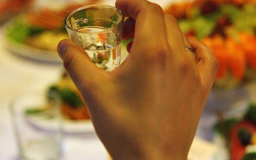 Piktnaudžiaujantiems alkoholiu teks dalyvauti prevencinėse programose